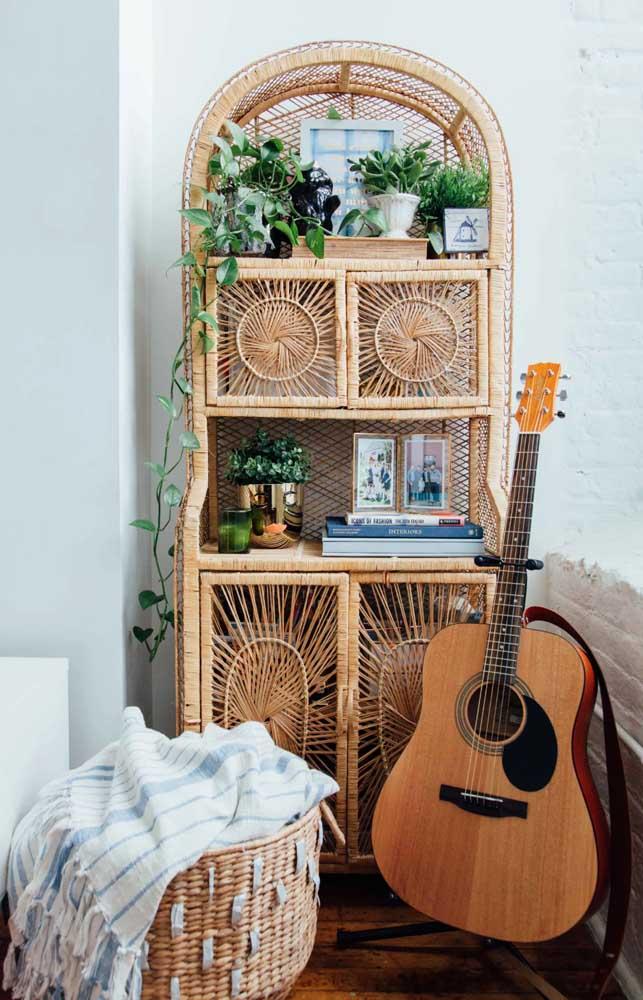Uma linda inspiração de estante em rattan para quem deseja criar um decor despojada, ao estilo boho