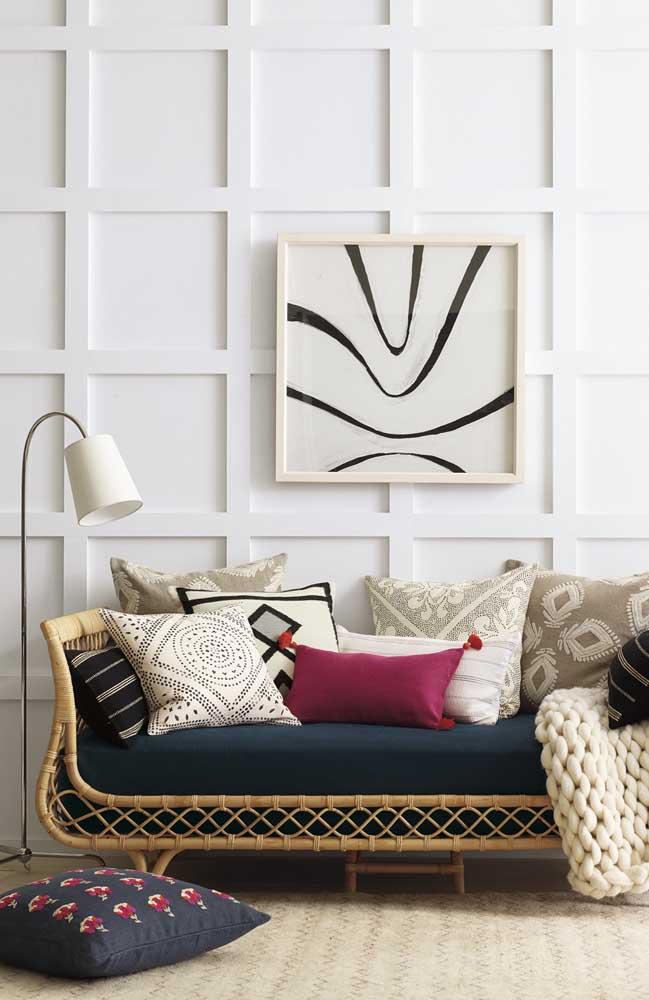 Sala contemporânea com sofá de rattan; e você ainda acha que a fibra só combina com ambientes rústicos?