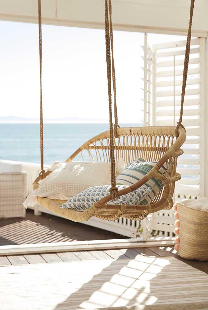 E na casa da praia, os móveis de rattan não podem faltar! Aqui, a fibra dá vida a um balanço suspenso