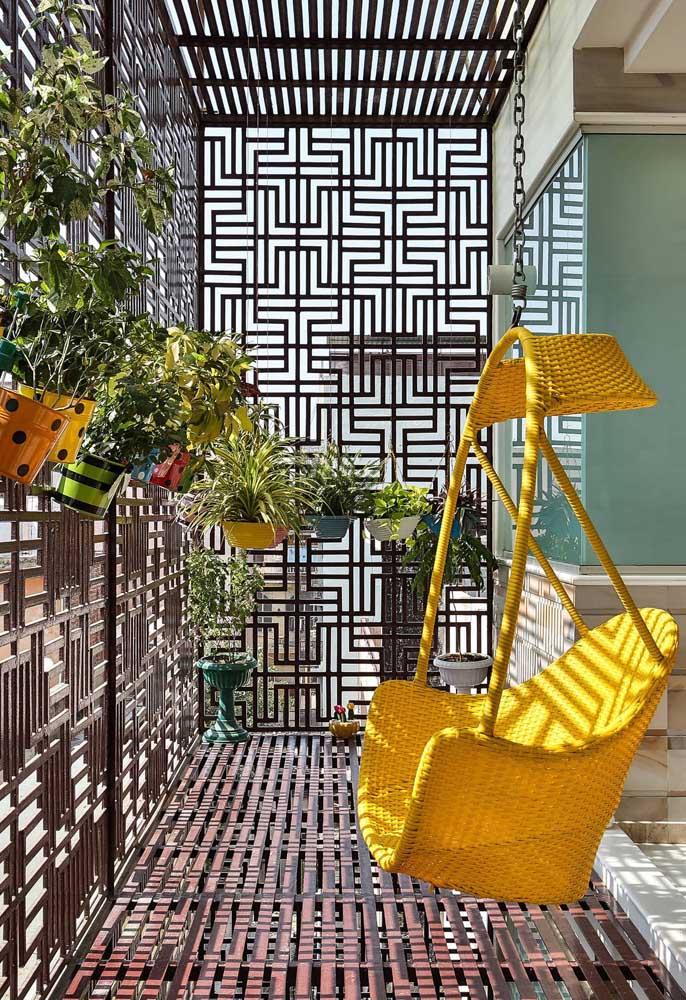 E essa cadeira suspensa de rattan amarelo? Uma opção moderna e despojada para o móvel de fibra