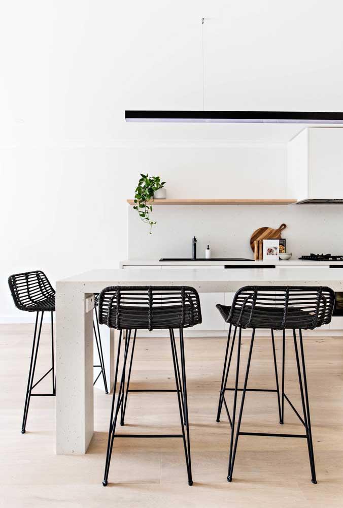 Nessa cozinha, as banquetas de rattan ganharam um design moderno e a cor preta para se destacar
