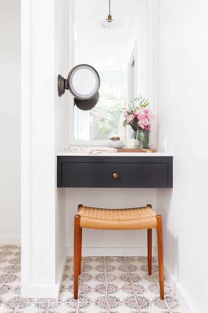 Um banquinho simples de rattan, mas cheio de potencial para decorar o pequeno espaço