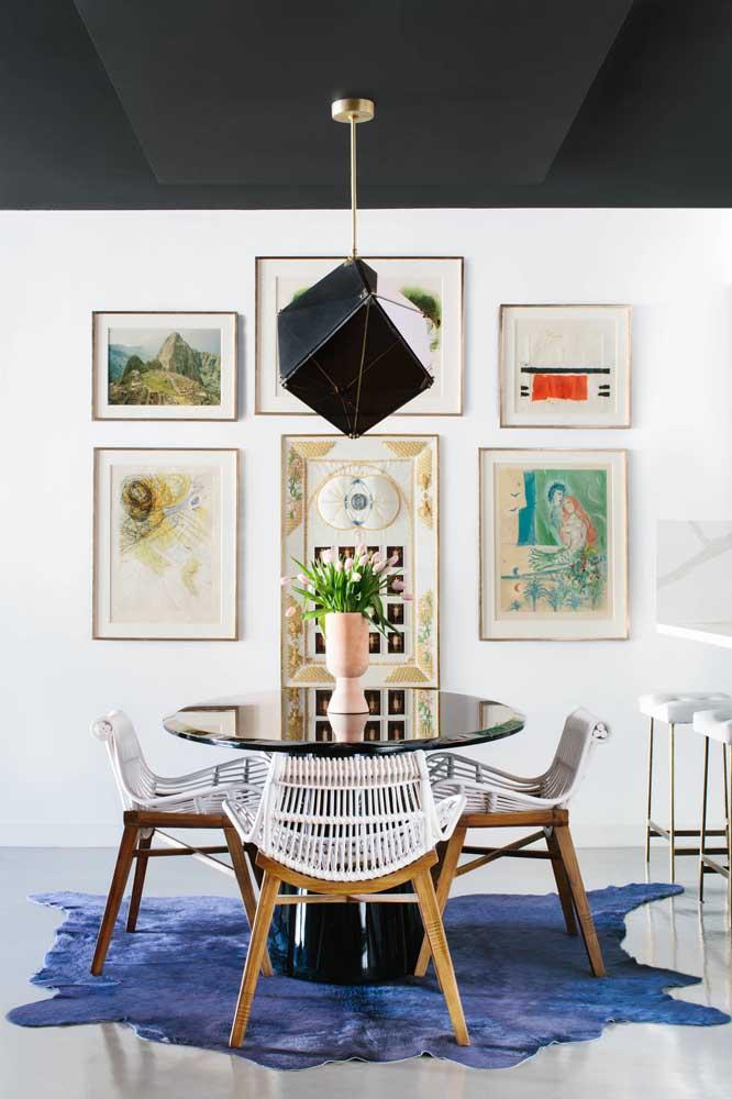 Essa sala moderna apostou em cadeiras de rattan branco com design diferenciado