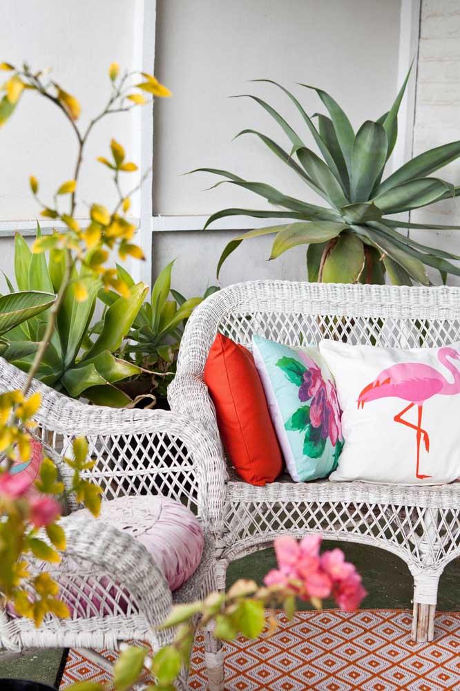 O típico e sempre bem vindo conjunto de sofá e cadeiras de rattan para varanda