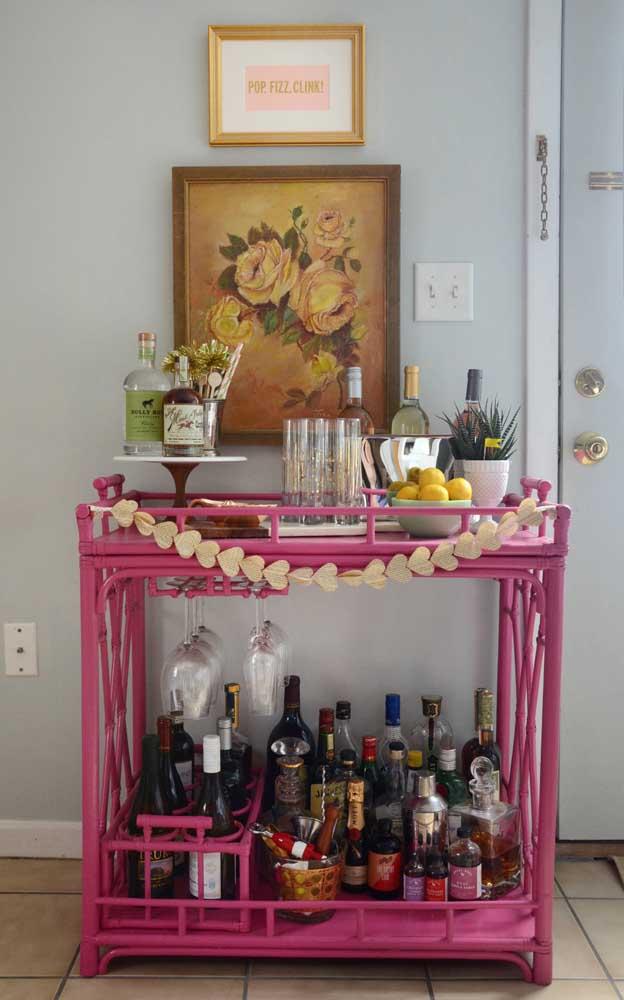 Barzinho em rattan cor de rosa: muita personalidade em um móvel só