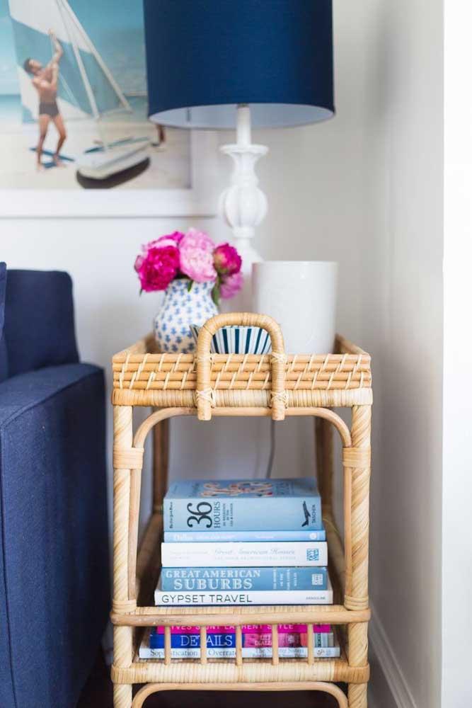 Mesinha lateral feita em rattan; repare no lindo contraste da fibra natural com o tom de azul do restante da decoração