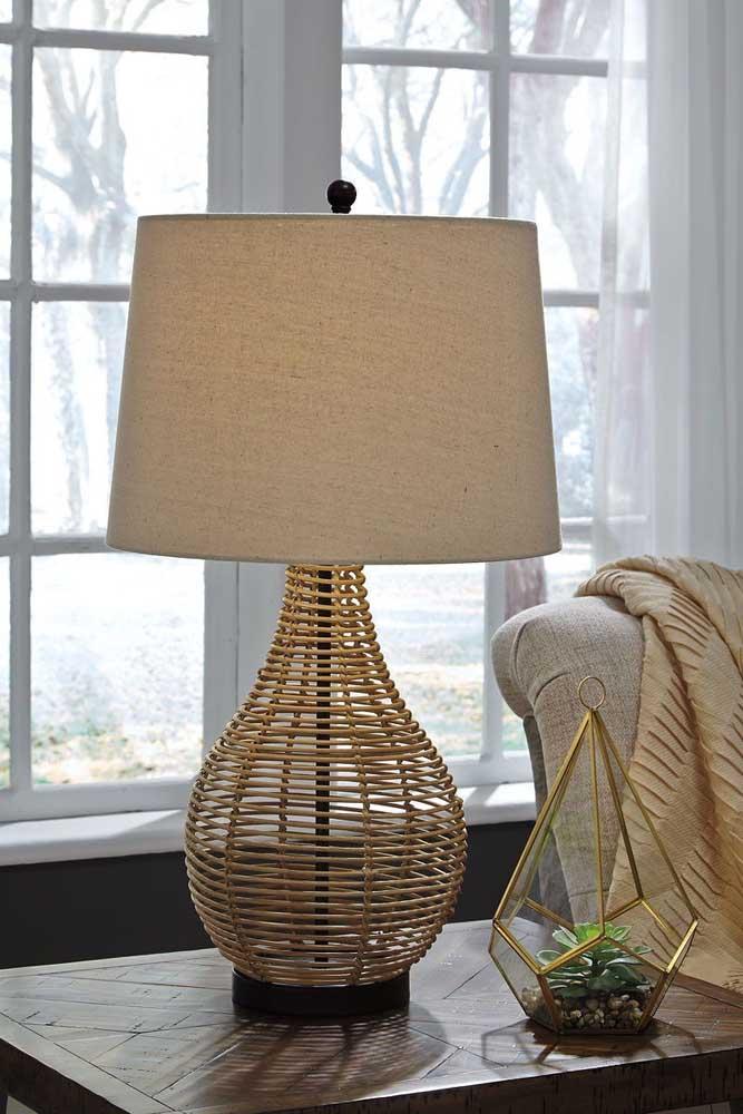 Não é preciso muito para trazer o conforto do rattan para dentro de casa, aqui, por exemplo, bastou a luminária