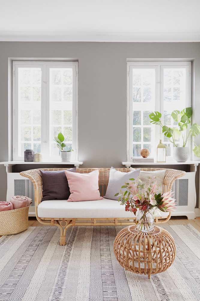 Sofá, cesto e mesinha de centro: os móveis principais dessa sala são feitos de rattan