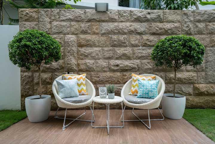 Use almofadas para deixar as poltronas de rattan ainda mais confortáveis