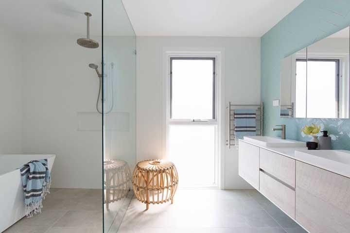 Nesse banheiro moderno, o banquinho simples de rattan atrai os olhares