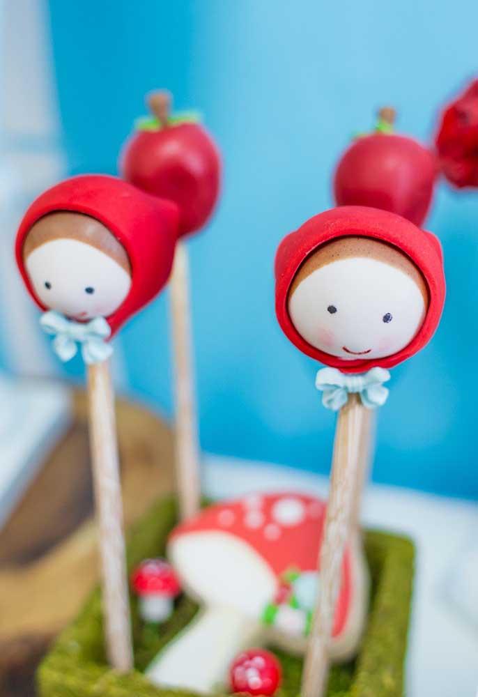 Olha que criatividade na apresentação dos doces. Nesse caso, a cake pop foi feita no formato da cabeça da Chapeuzinho Vermelho.