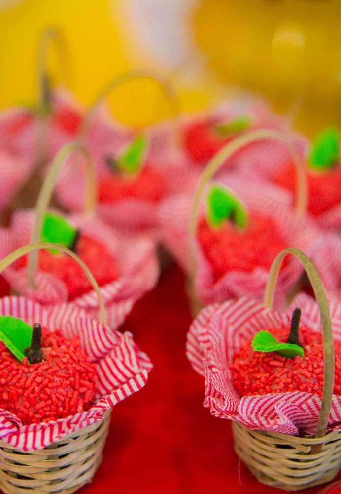 O que acha de servir os docinhos da festa em cestinhas como se fossem as maçãs da Chapeuzinho Vermelho?