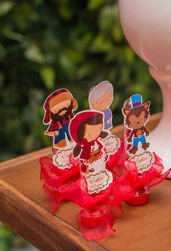 Para decorar as guloseimas, você pode fazer bonecos dos personagens usando apenas papel.
