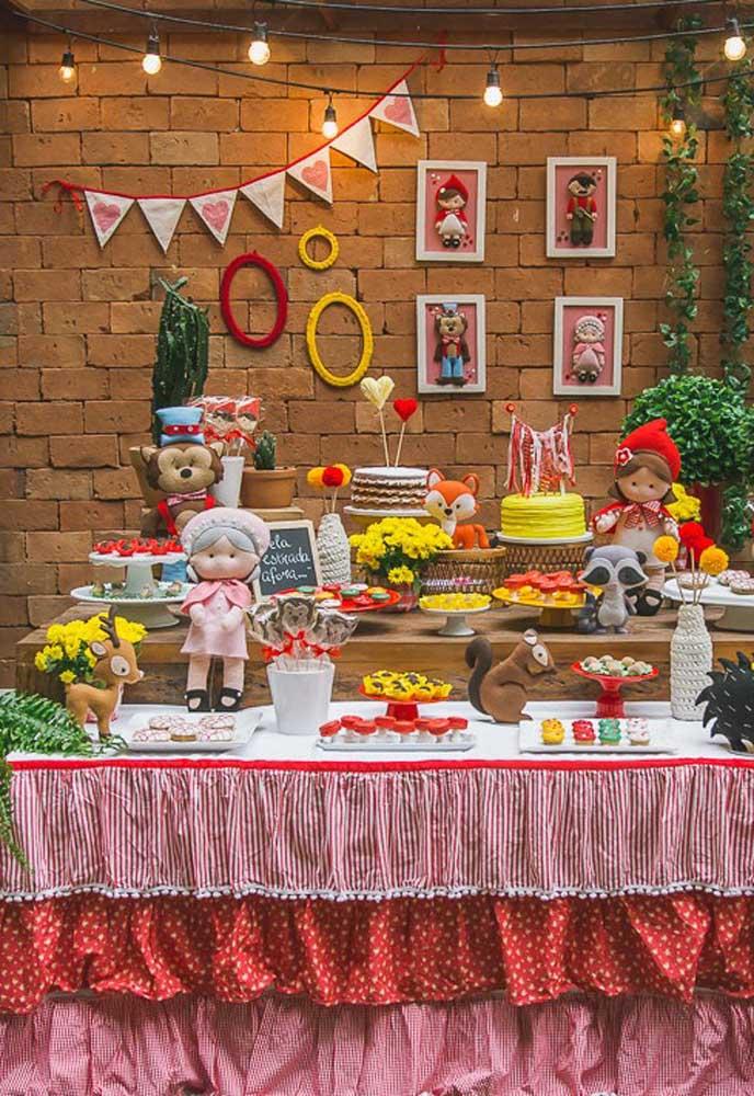 Se o estilo da festa é rústico, prepare a mesa principal na frente da parede de tijolos e organize as guloseimas em uma mesa de madeira.