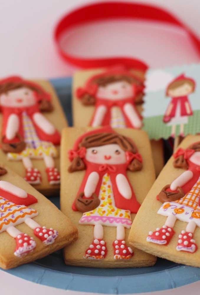 Os biscoitos ficam ainda mais gostosos se forem personalizados de acordo com o tema.
