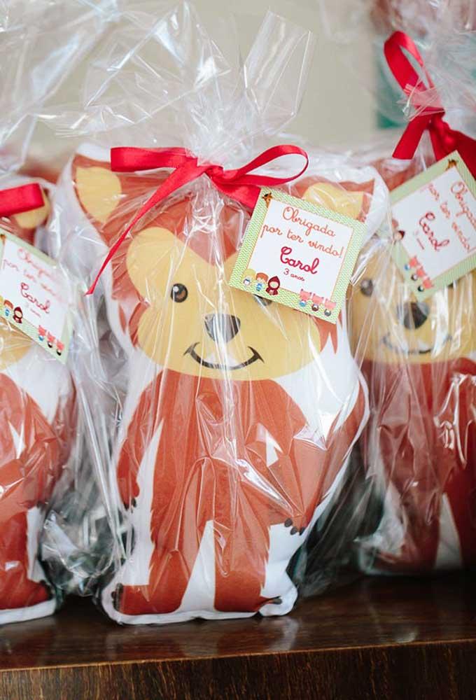 Uma boa ideia para lembrancinha de aniversário com o tema Chapeuzinho Vermelho é um lobinho de pelúcia.