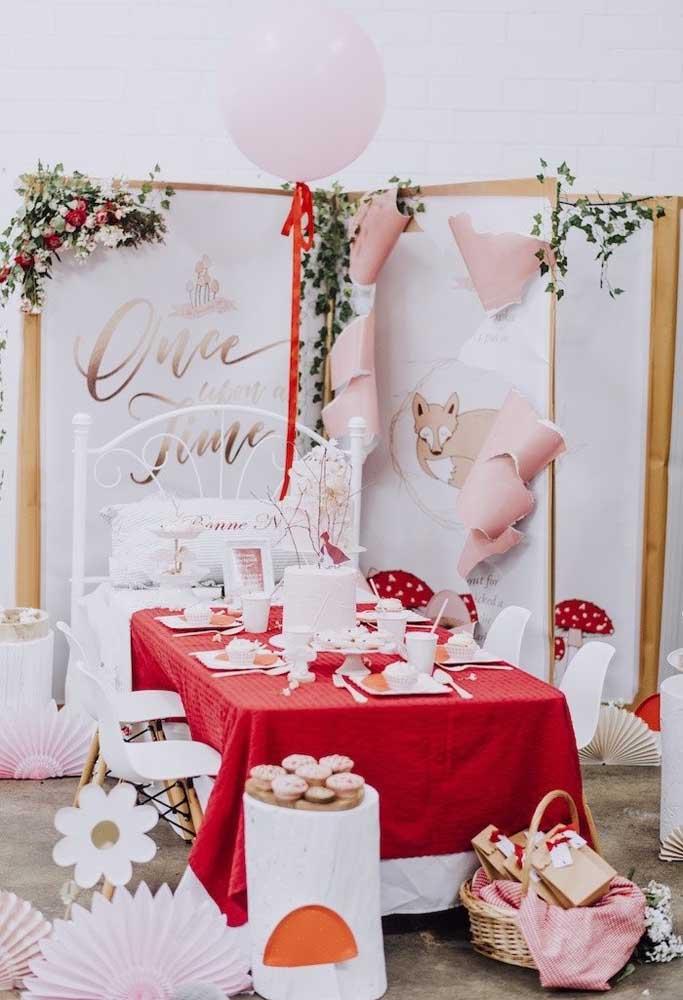 Faça uma decoração criativa, com um painel diferenciado e uma mesa com a cor predominante do tema.