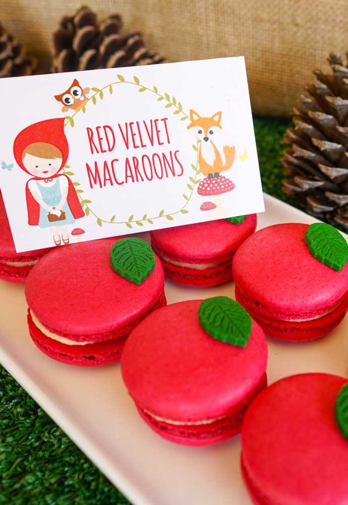 Macaron é um tipo de doce que está sendo muito pedido nas festas. No caso do tema Chapeuzinho Vermelho, você pode inovar e servir macaron red velvet.