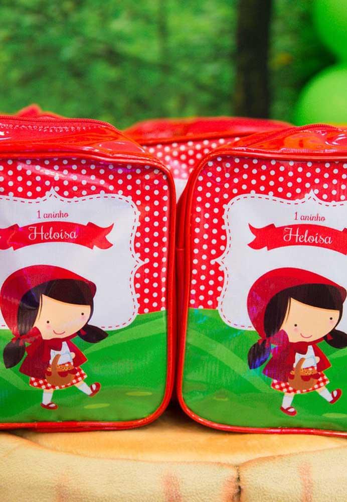 Lojas de festas costumam vender bastante itens decorativos com o tema Chapeuzinho Vermelho. É uma boa opção para encontrar algo para entregar como lembrancinha.