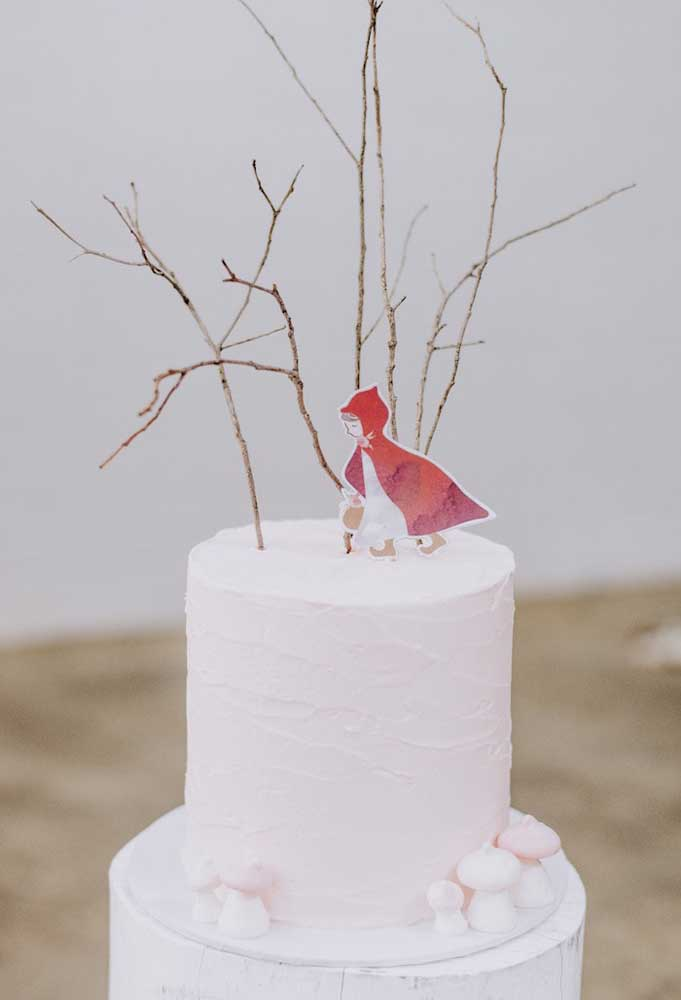 Que tal preparar um bolo todo branco para representar a neve e colocar a Chapeuzinho no topo?