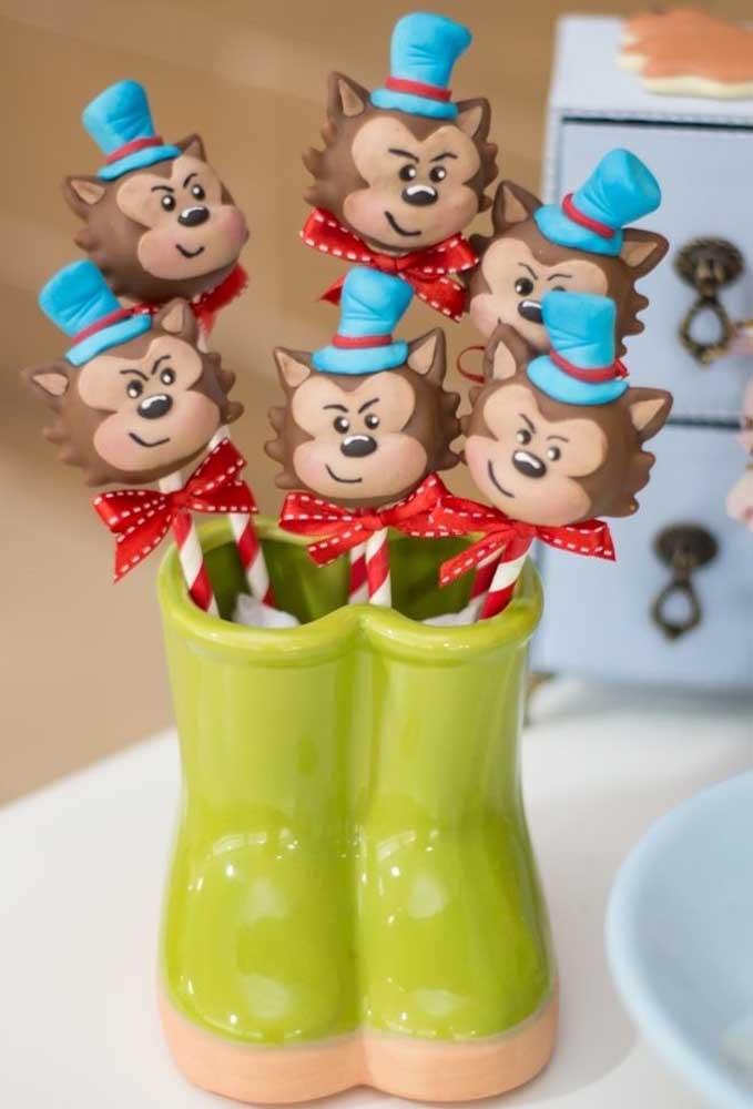 Use vários tipos de enfeites para decorar a festa com o tema Chapeuzinho Vermelho.