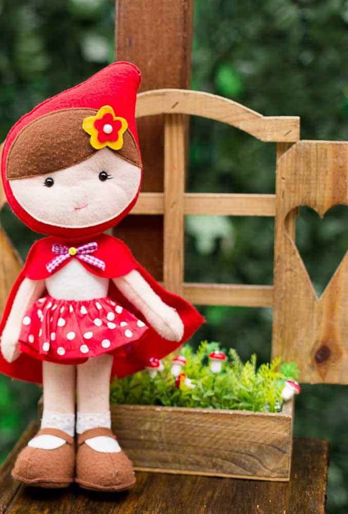A bonequinha de tecido da Chapeuzinho Vermelho não pode faltar na decoração.