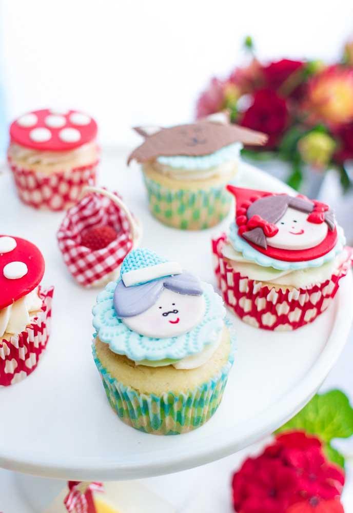 Para deixar o cupcake personalizado com o tema, use pasta americana para fazer os personagens no topo do cupcake.