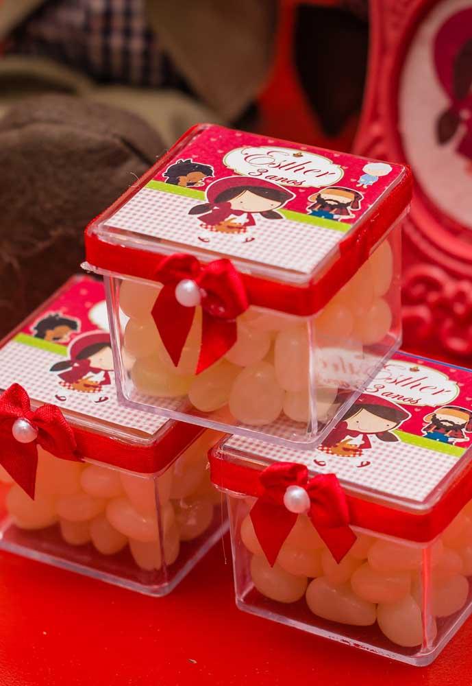 Sabe aquelas caixinhas transparentes? Você pode colocar algumas guloseimas dentro e decorar com enfeites da Chapeuzinho Vermelho.