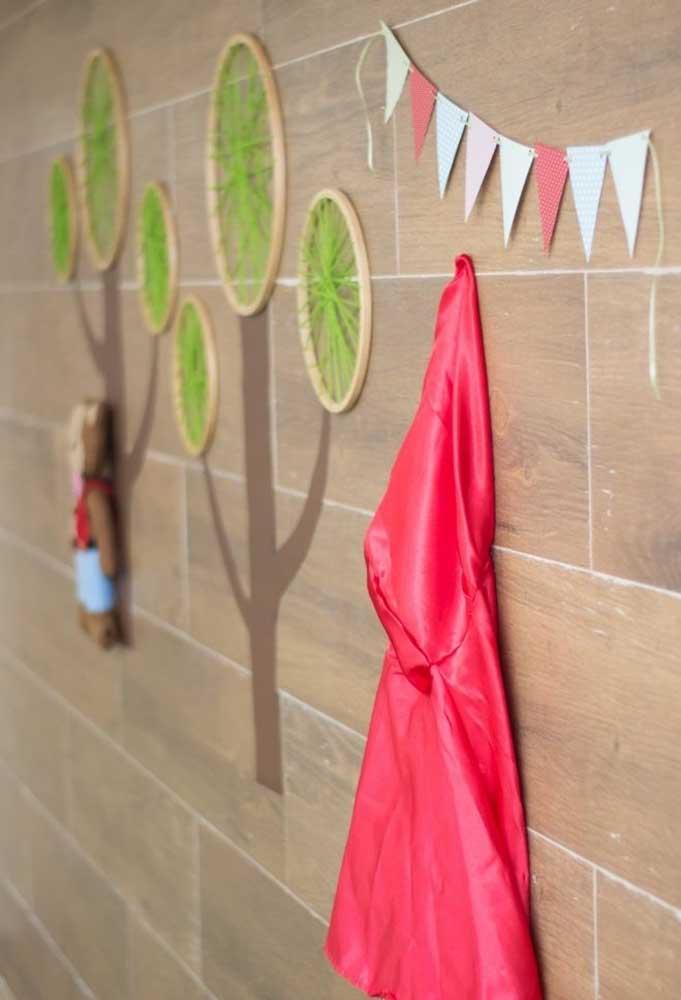 A capa vermelha da Chapeuzinho não pode faltar na decoração.