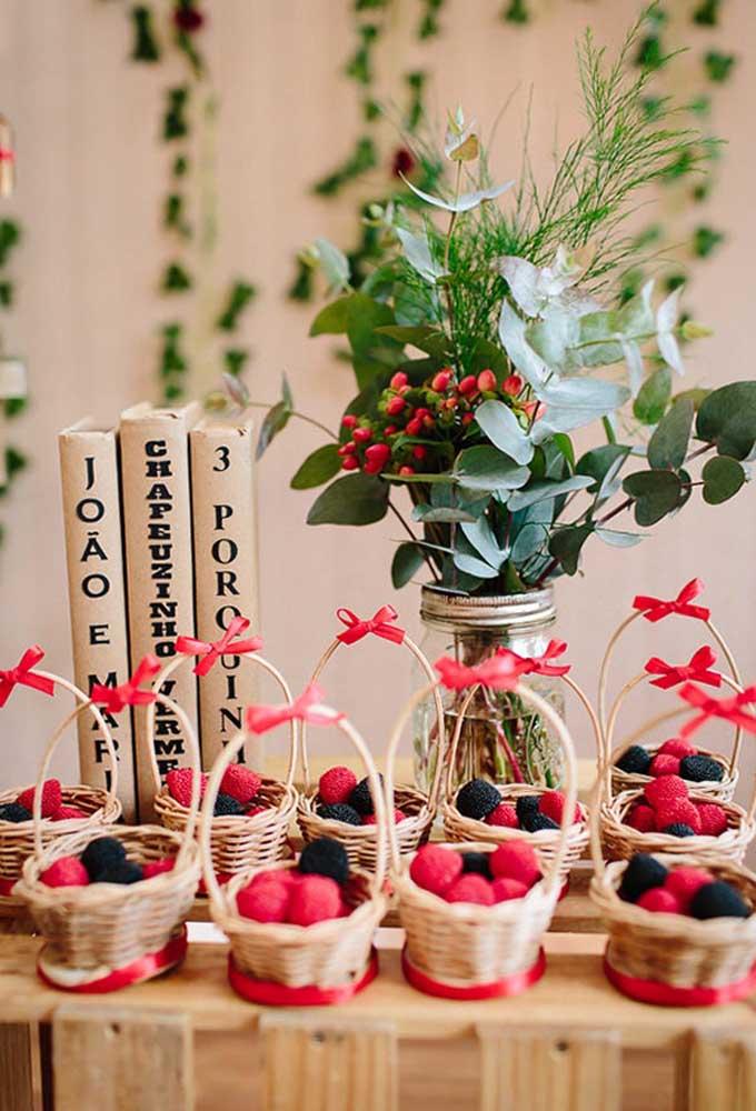 Que tal servir os docinhos no formato de frutas e dentro das cestinhas para os convidados se sentirem dentro do conto?