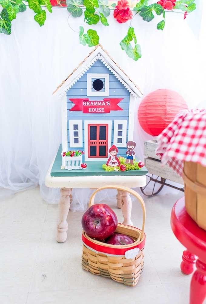 Alugue alguns objetos que fazem referência ao tema Chapeuzinho Vermelho para decorar o ambiente.