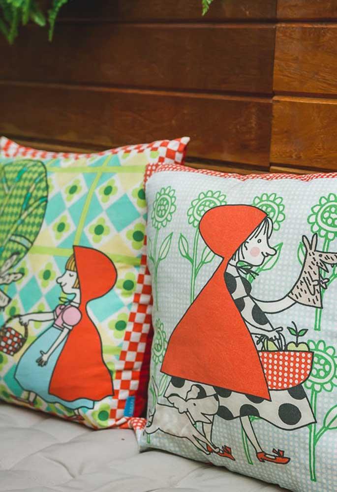 Olha que linda essas almofadas com o tema Chapeuzinho Vermelho. São perfeitas para fazer parte da decoração de aniversário.