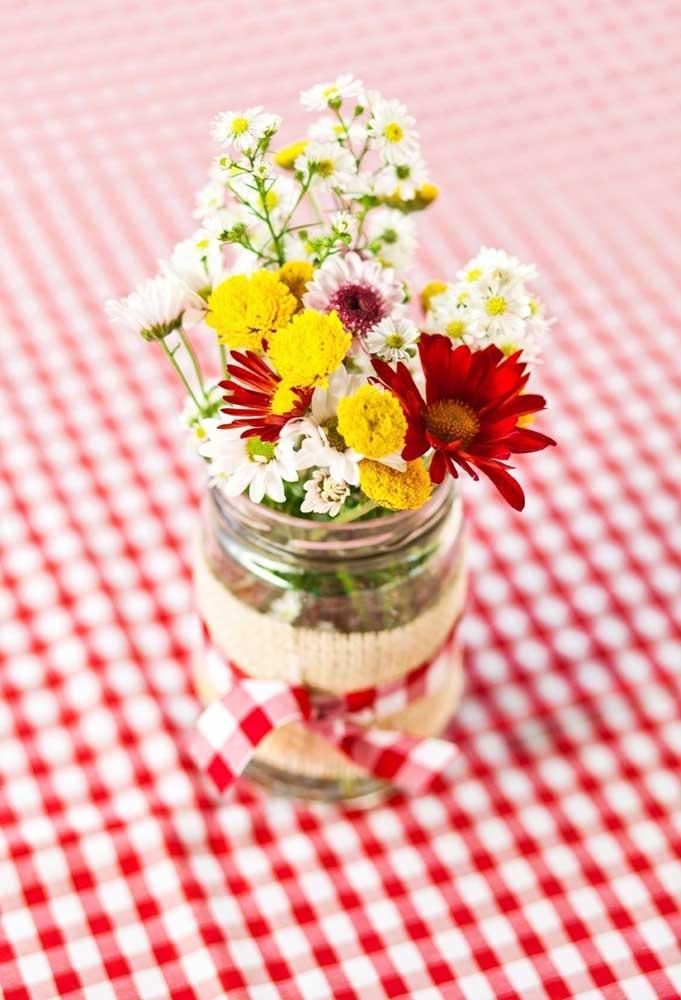 Flores são sempre bem-vindas nas decorações. Para o tema Chapeuzinho Vermelho você pode preparar alguns arranjos e colocar dentro de potes de vidro.