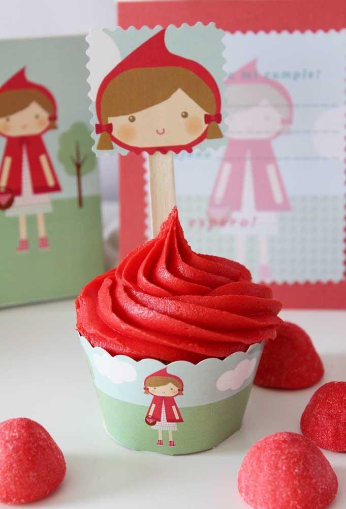 Use chantilly vermelho para decorar o cupcake. Para finalizar, espete um pau com a personagem da Chapeuzinho Vermelho.