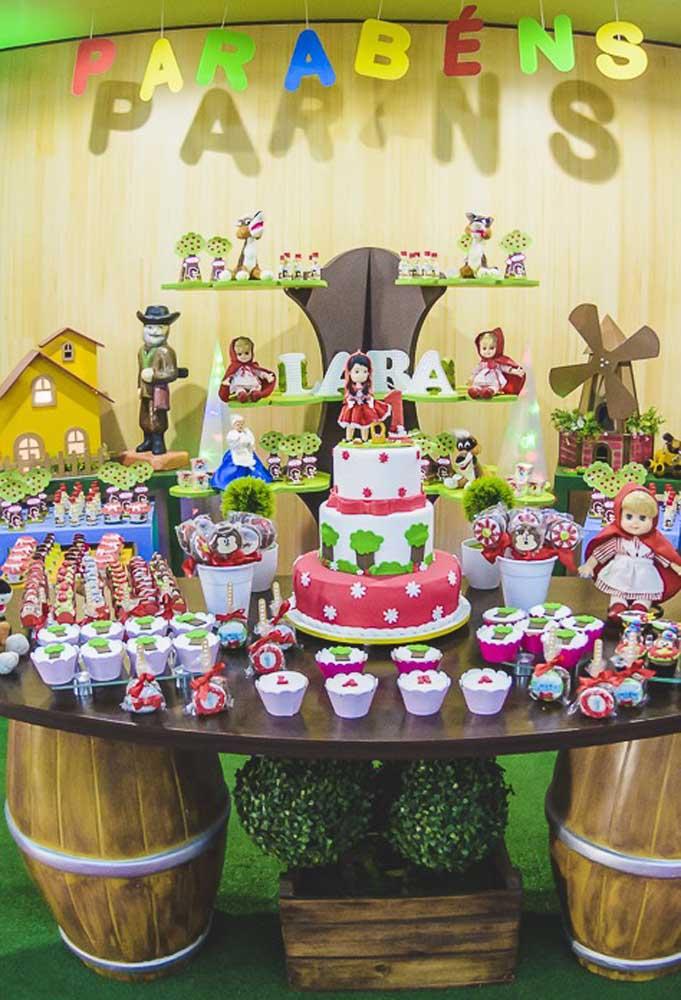 Que mesa farta hein? O mais interessante é que a decoração foi toda feita com materiais que você deve ter em casa. Portanto, use a criatividade.