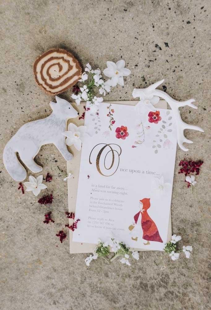 Olha que decoração mais singela com flores, lobinho e a história da Chapeuzinho Vermelho.