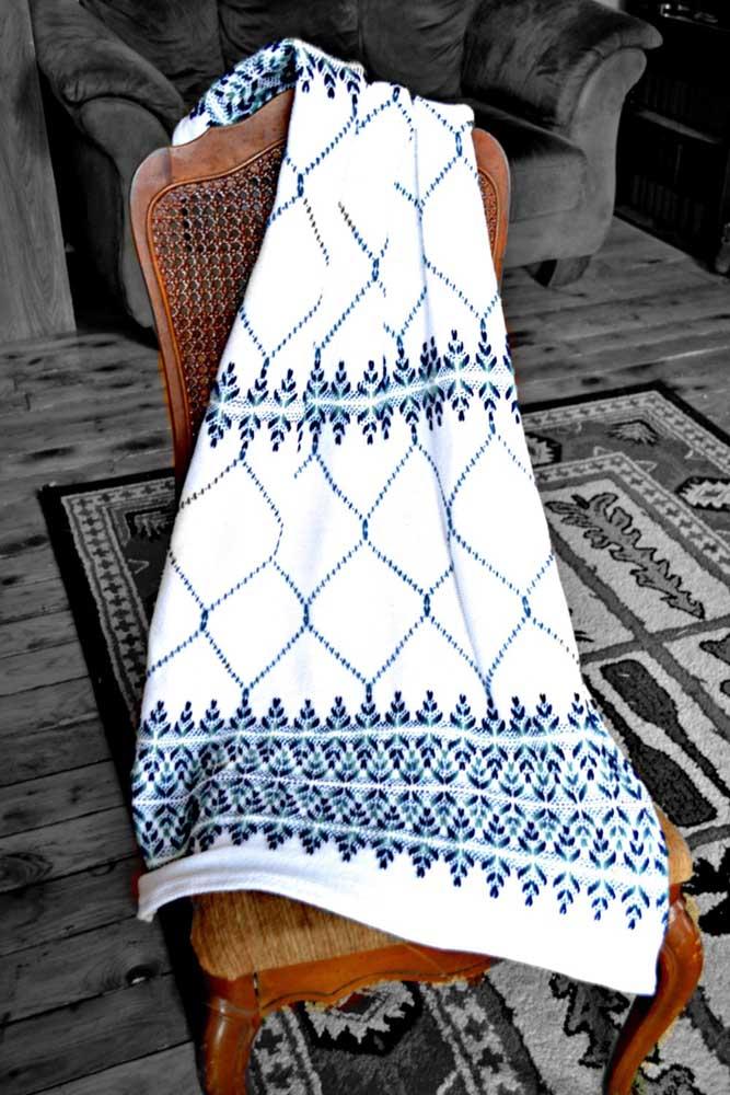 Linda toalha de mesa bordada com a técnica do vagonite; destaque para os diferentes tons de azul utilizados no trabalho