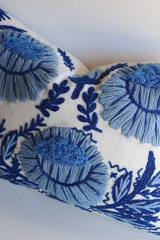 Detalhes de um bordado em vagonite com linha azul