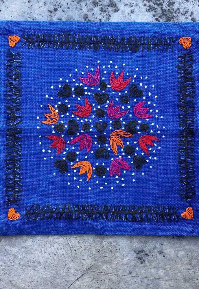 Que charme essa capa de almofada azul com bordado vagonite