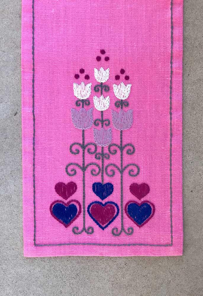 Tulipas e corações em ponto vagonite marcam essa pequena toalha cor de rosa