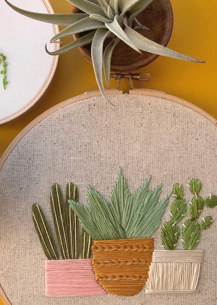 Cactos e abacaxi decoram esse bordado vagonite