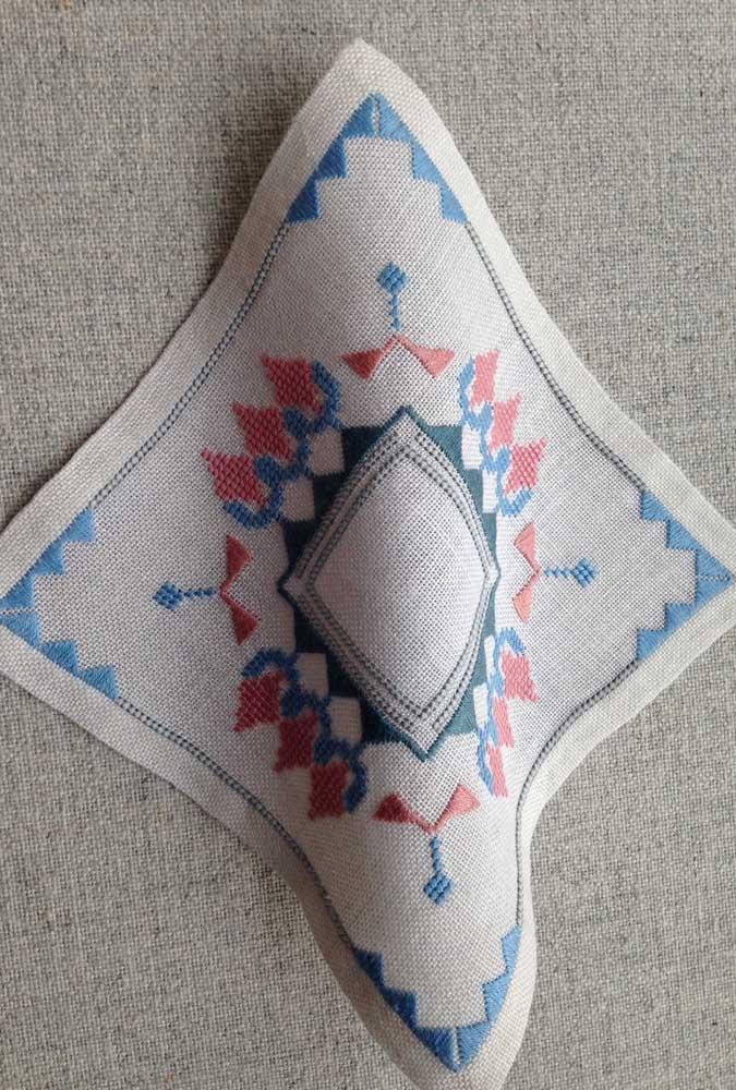 Lembre-se: antes de iniciar um trabalho de bordado vagonite encontre o centro do tecido