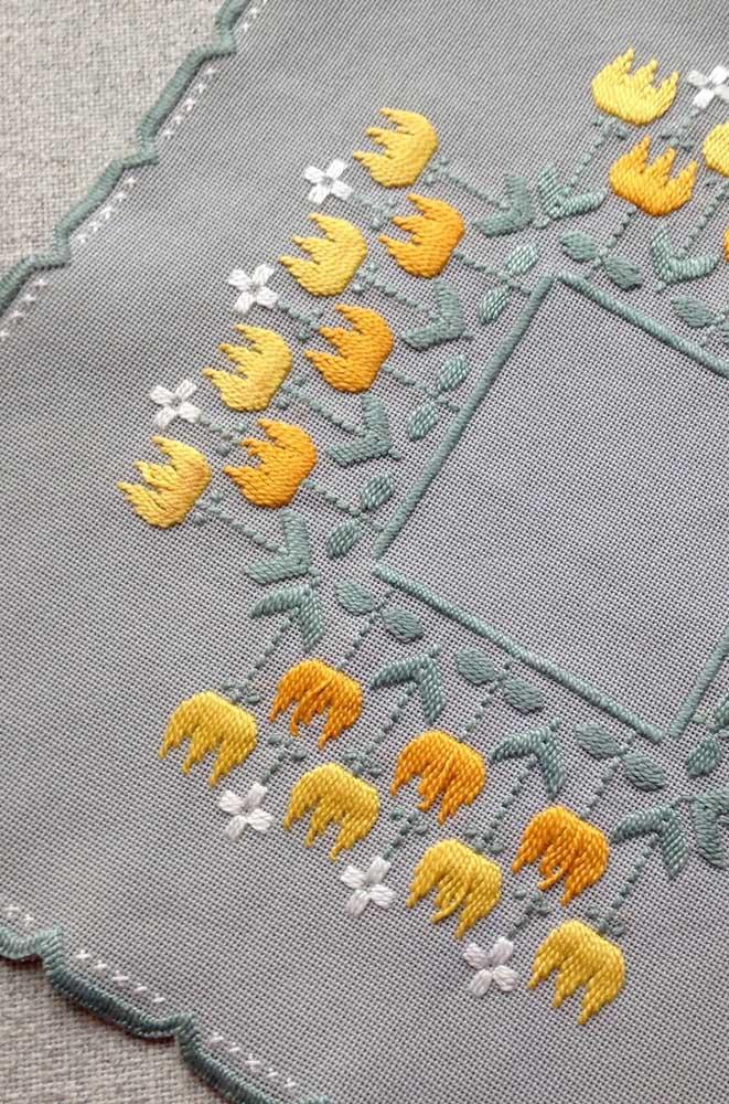 O fundo cinza do étamine garantiu todo o destaque para as flores amarelas feitas em vagonite