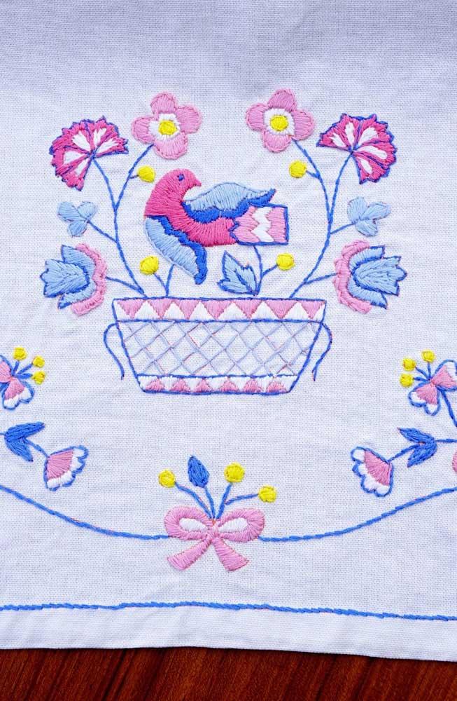 Flores e passarinho nesse trabalho gracioso de vagontie