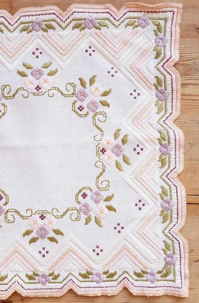 O tecido com borrado recortado garante um toque a mais para o bordado vagonite