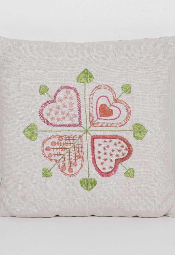 Linda inspiração de corações bordados em vagonite para a capa da almofada