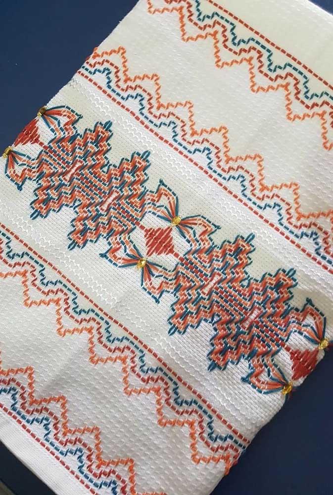 Toalha inteiramente bordada com a técnica do vagonite, um riquíssimo trabalho artesanal
