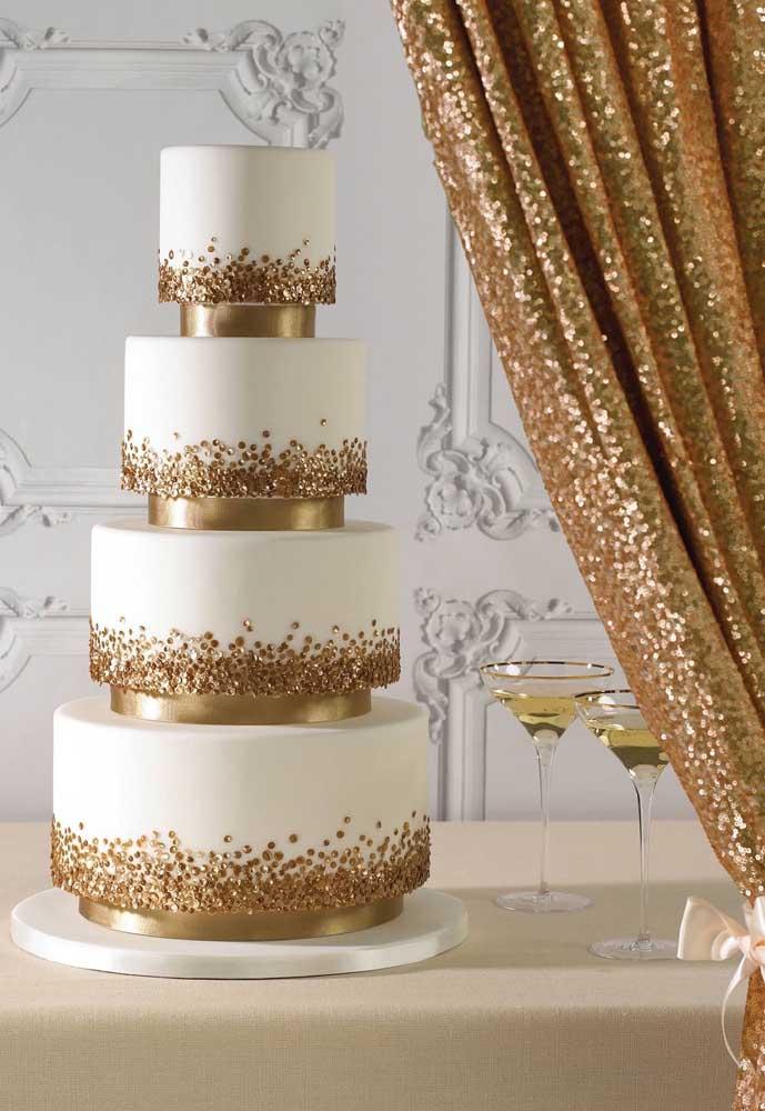 O mais interessante do bolo fake é que você pode fazer um bolo com vários andares, sem se preocupar dele cair.