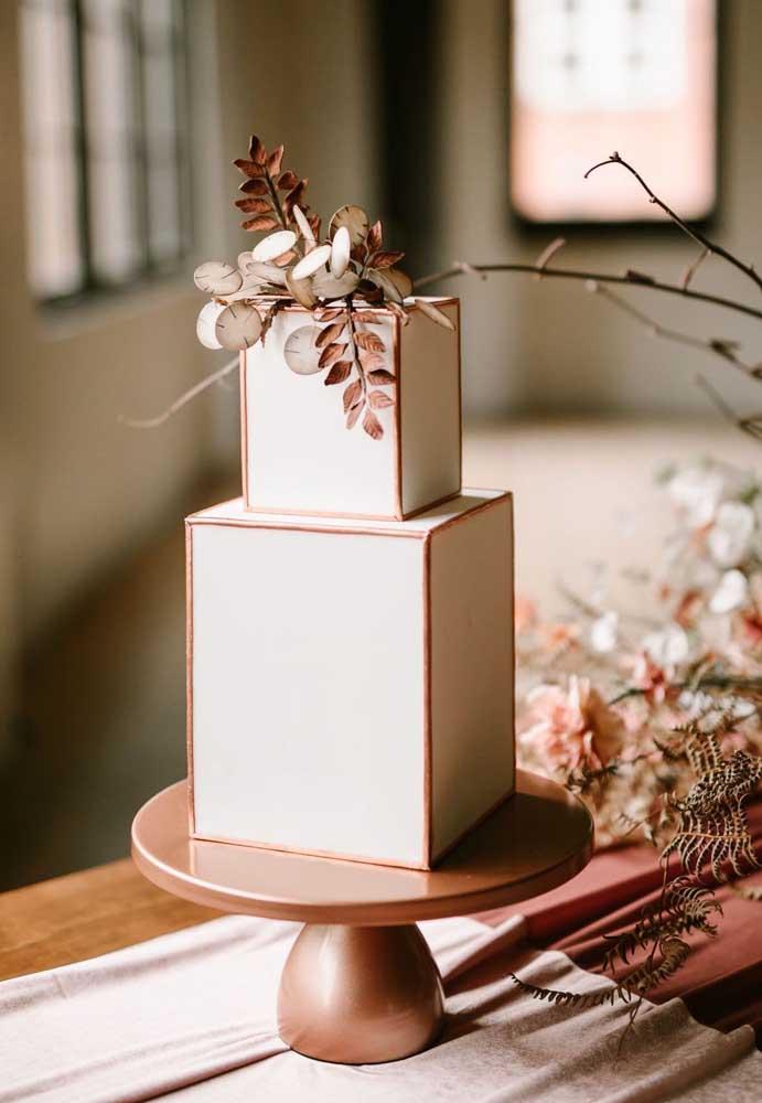 O modelo desse bolo é simples, mas o formato só é possível fazer em um bolo fake.