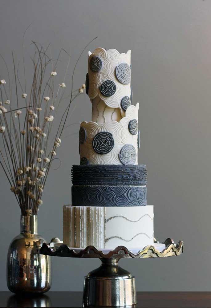 Com o bolo fake você pode criar o modelo de sua preferência. Portanto, é possível personalizá-lo conforme o tema da festa.